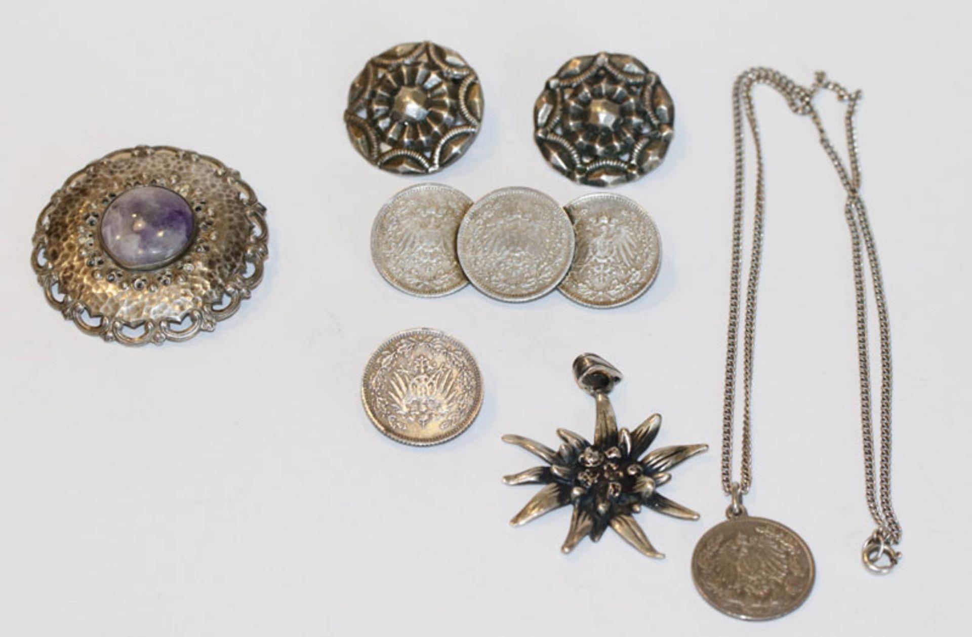 Silber Schmuck-Konvolut: Brosche, D 4 cm, Paar Ohrclips, D 2,5 cm, Tuchnadel, B 5 cm, Anhänger in