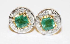 Paar 18 k Gelbgold Ohrstecker mit Smaragd in Karréschliff und in Weißgold gefaßtem Diamantkranz,