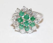 Dekorativer 14 k Weißgold Ring mit 8 Smaragden und 12 Diamanten, zus. 1,14 ct., Gr. 57, klassische
