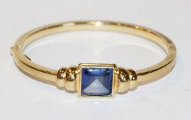 Silber/vergoldeter Armreif mit Klappscharnier und blauem Farbstein, D 6 cm