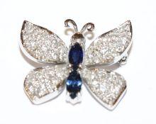 18 k Weißgold Brosche in Form eines Schmetterlings mit 2 Safiren und Diamanten besetzt, 6,4 gr., B