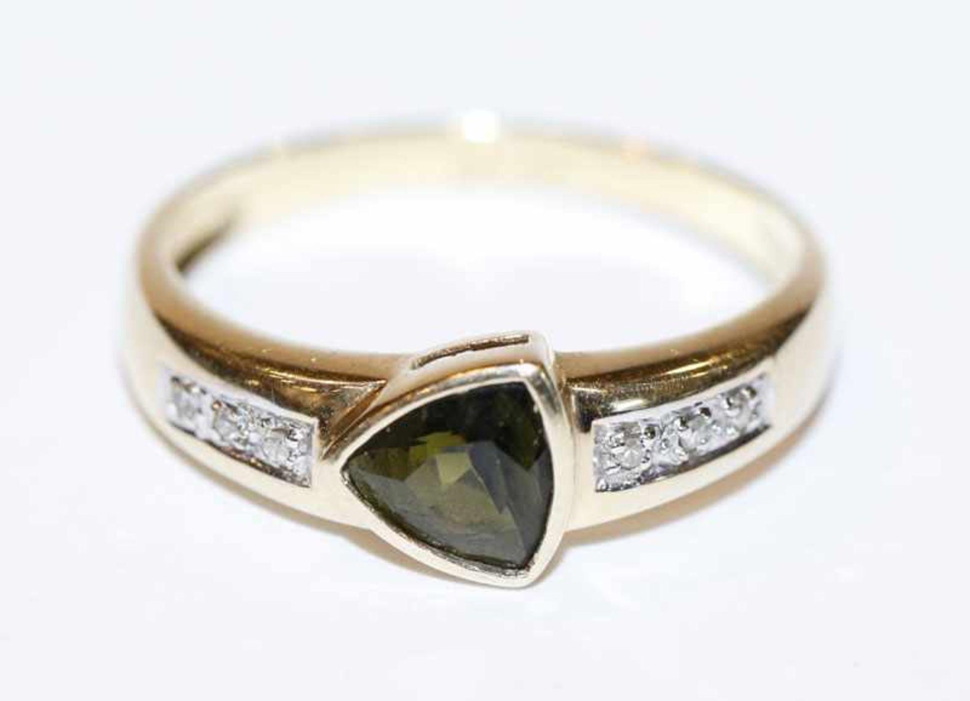 Los 28 - 14 k Gelbgold Ring mit grünem Turmalin und in Weißgold gefaßten Diamanten, Gr. 62