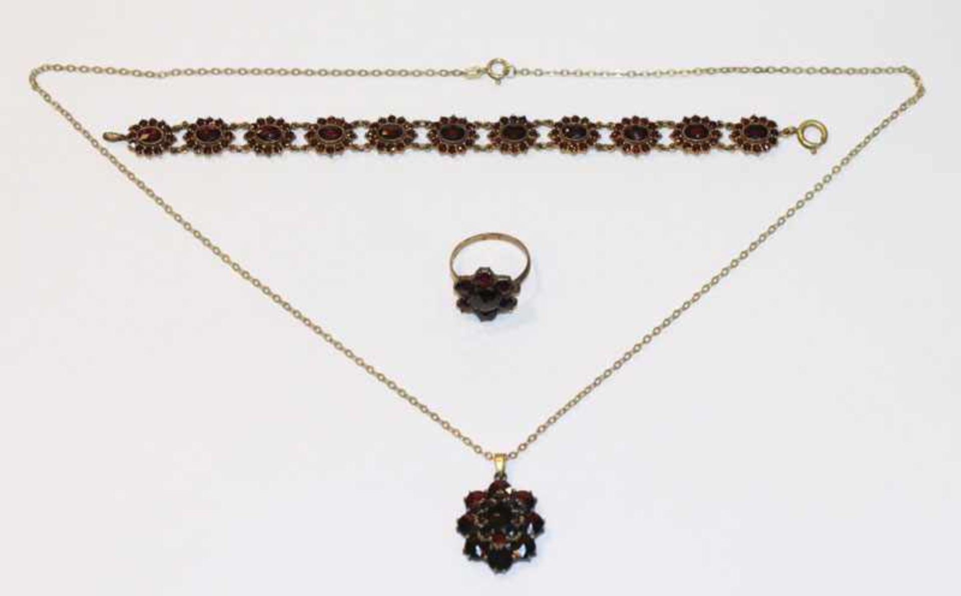 Los 34 - Konvolut von Doublé Schmuckset mit Granaten: Armband, L 17 cm, Ring, Gr. 58, und Kette, L 53 cm, mit