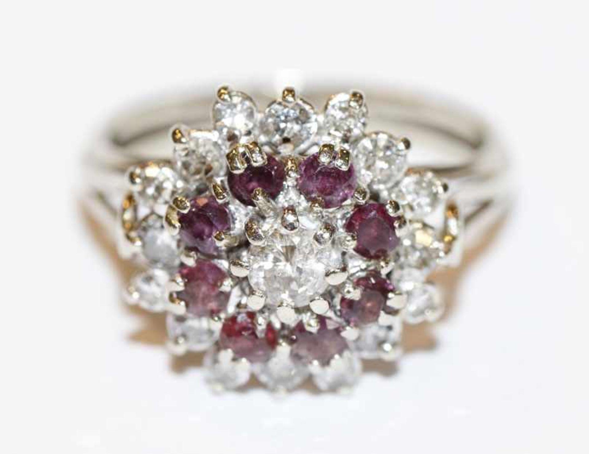 Los 23 - Klassischer 14 k Weißgold Ring mit Diamanten und Rubinen, Gr. 58