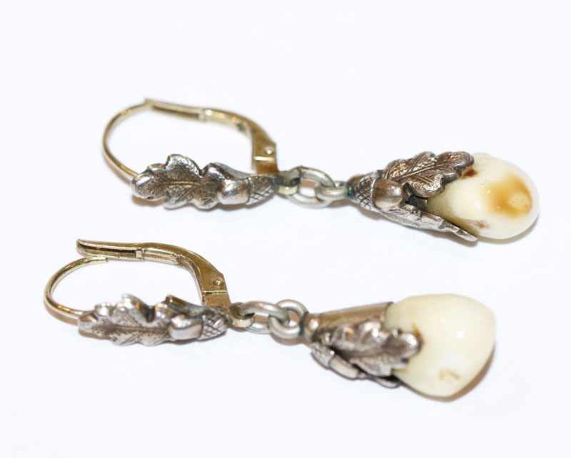 Los 27 - Paar Silber Trachten-Ohrhänger mit plastischem Eichenlaub und Grandeln, Bügel 14 k Gelbgold, L 3,5