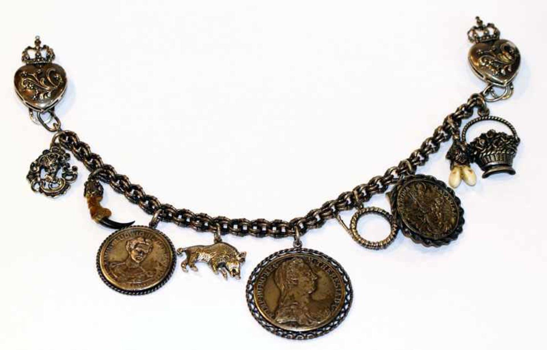 Los 35 - Dekoratives Silber Charivari/Rockkette mit seitlichen Steckern in Herzdekor und 9 diversen