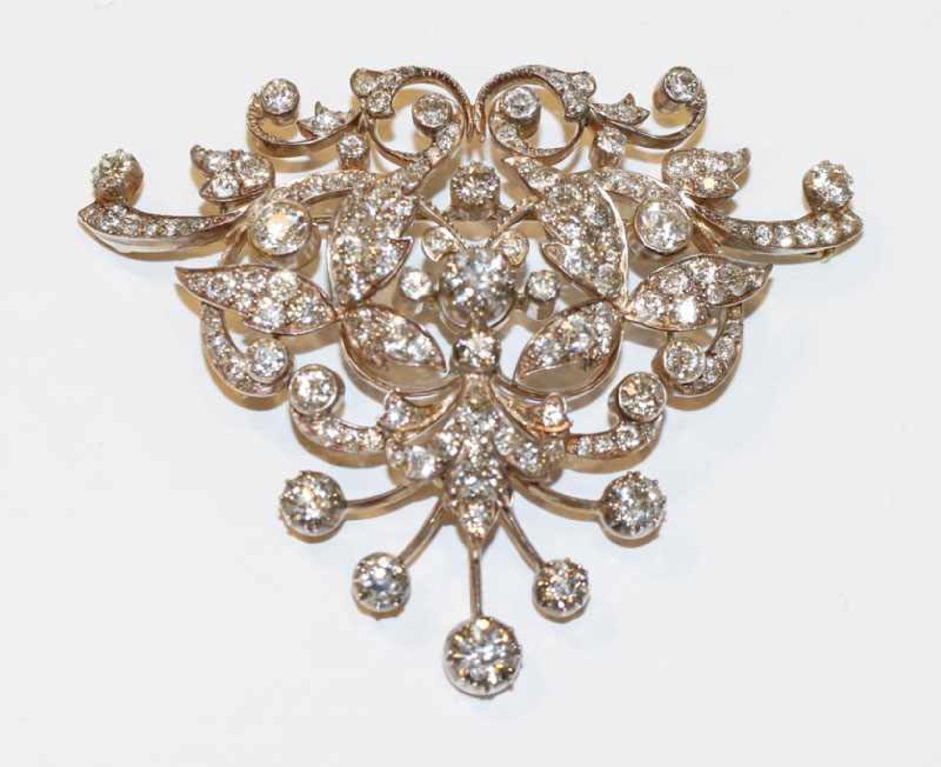 Los 54 - Dekorative 14 k Gelbgold und Silber (geprüft) Brosche, zus. ca. 10 ct. Diamanten, wohl Teil eines