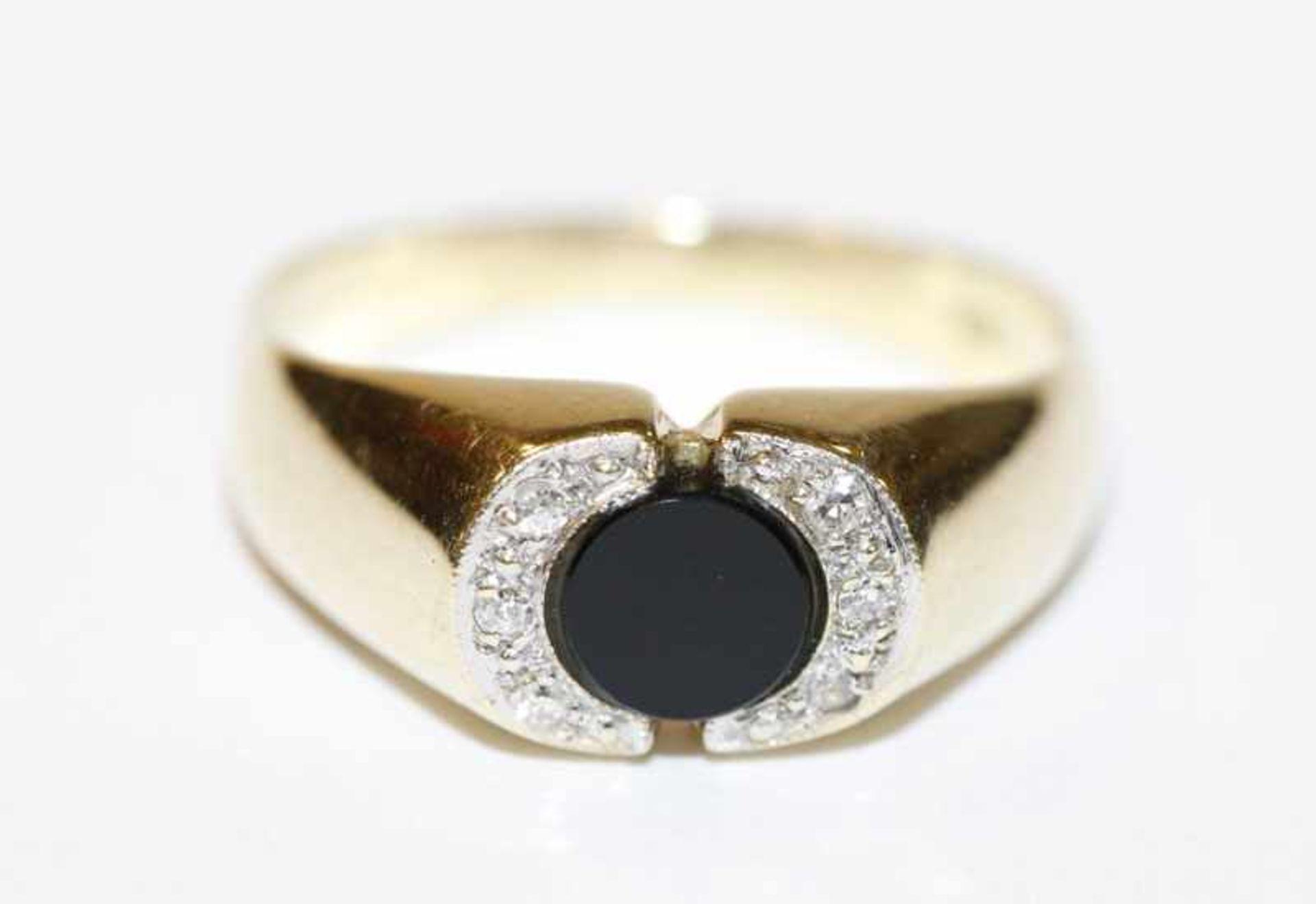 Los 25 - 14 k Gelbgold Ring mit Onyx und in Weißgold gefaßten Diamanten, 3,4 gr., Gr. 54