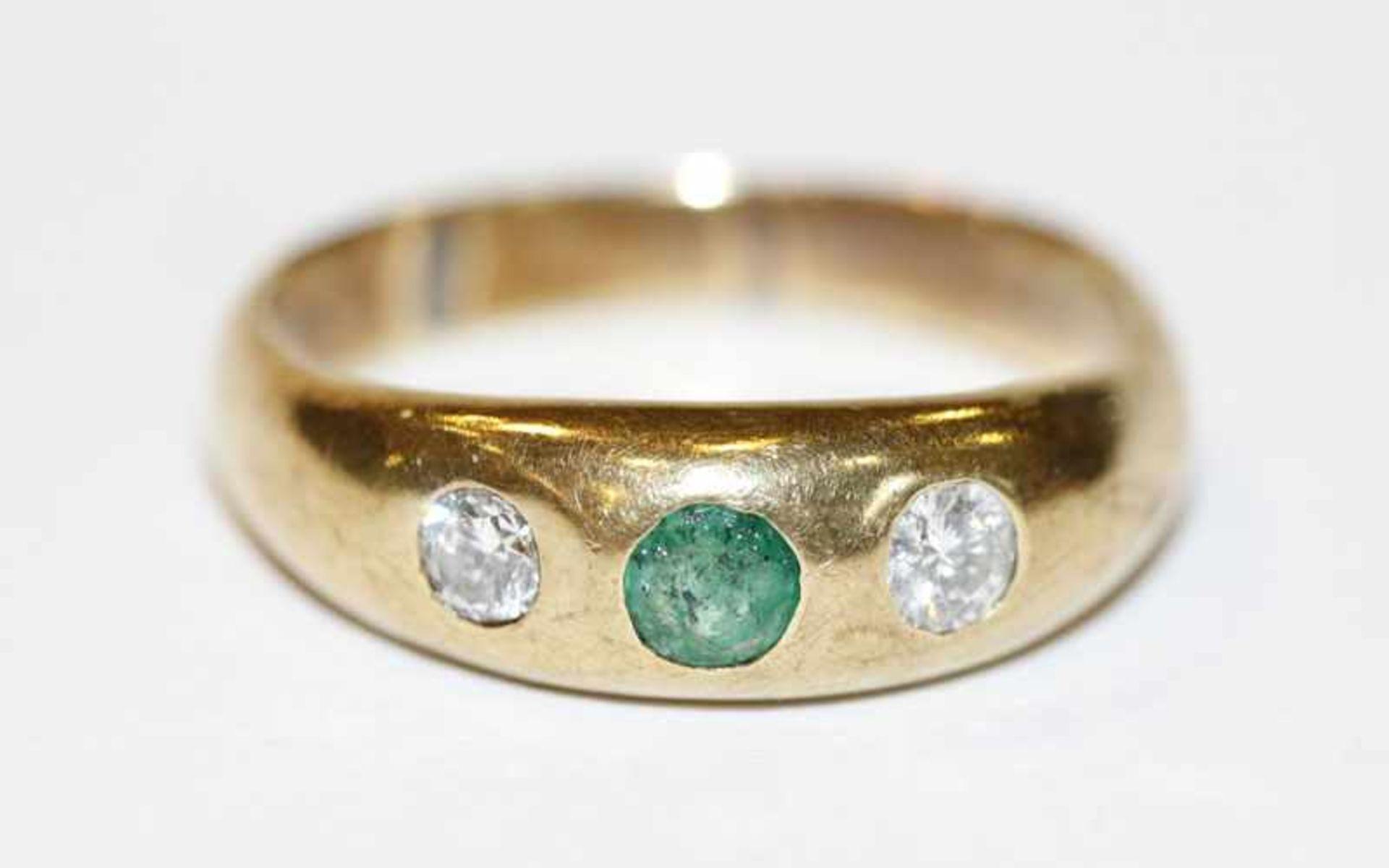 Los 43 - 14 k Gelbgold Bandring mit Smaragd und 2 Diamanten, 5,5 gr., Gr. 59
