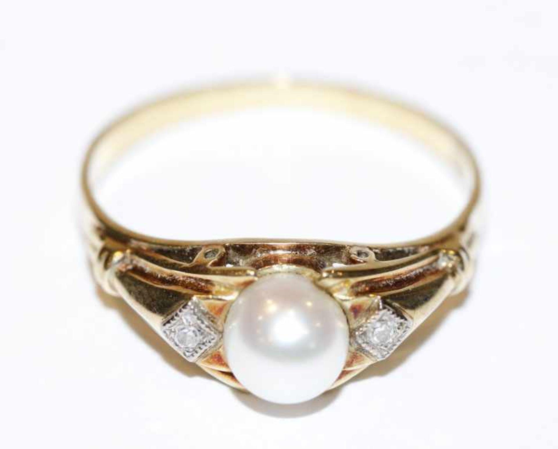 Los 13 - 14 k Gelbgold Ring mit Perle und 2 in Weißgold gefaßte Diamanten, 3,1 gr., Gr. 62