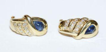Paar 18 k Gelbgold Ohrstecker/Clips mit Safircabochons und 24 Diamanten, 9,2 gr.