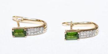 Paar 14 k Gelbgold Ohrstecker mit Smaragden und je 10 in Weißgold gefaßten Diamanten