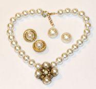 Dior Modeschmuck Perlencollier, L 36 cm, und 2 Paar Ohrclips, in Christian Dior Etui