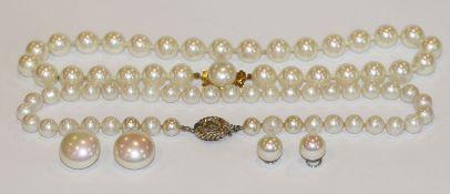 Dior Perlen-Modeschmuck-Konvolut: 2 Ketten, L 40 cm, und 2 Paar Ohrclips, Tragespuren