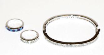 Swarovski Armreif mit Swarovski-Kristallen, D 6 cm, und 2 Ringe mit klaren und blau/lilanen