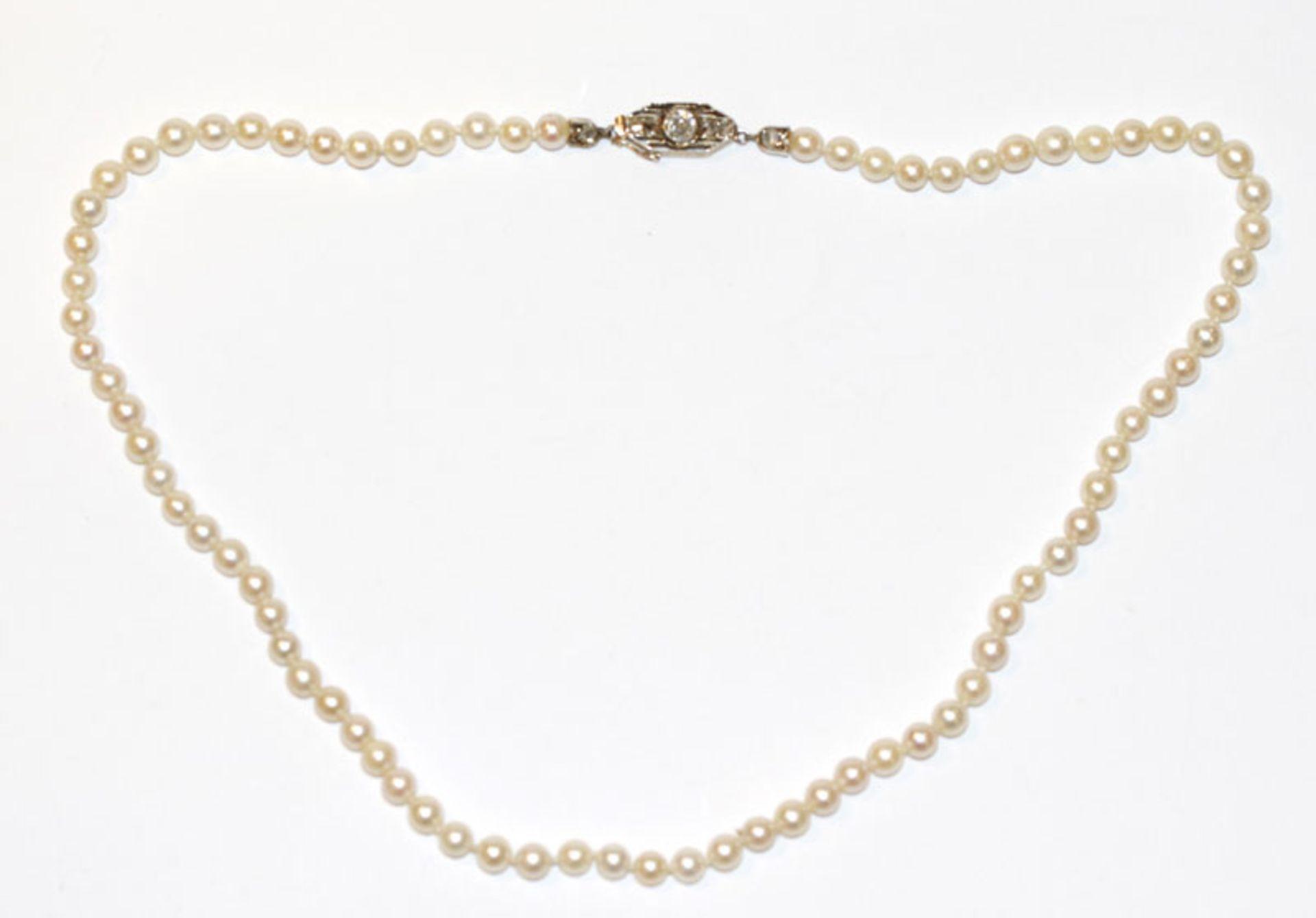 Perlenkette mit 14 k Gelbgoldschließe, besetzt mit Altschliff Diamanten, Mittelstein ca. 0,15 ct., L