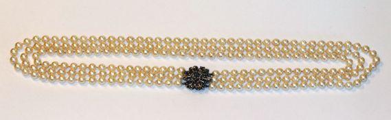 Perlenkette, 3-reihig, Perlen ca. 7,5 mm, mit 18 k Weißgold Schließe in Blütenform mit Safiren