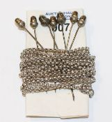 Silber Schnürkette, L 260 cm, und 7 Nadeln mit plastischen Eicheln, Tragespuren