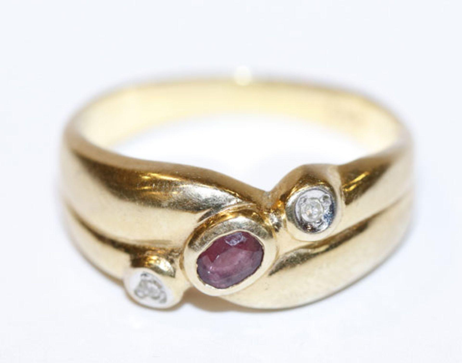 14 k Gelbgold Ring mit 2 Diamanten und einem Rubin, 2,9 gr., Gr. 53