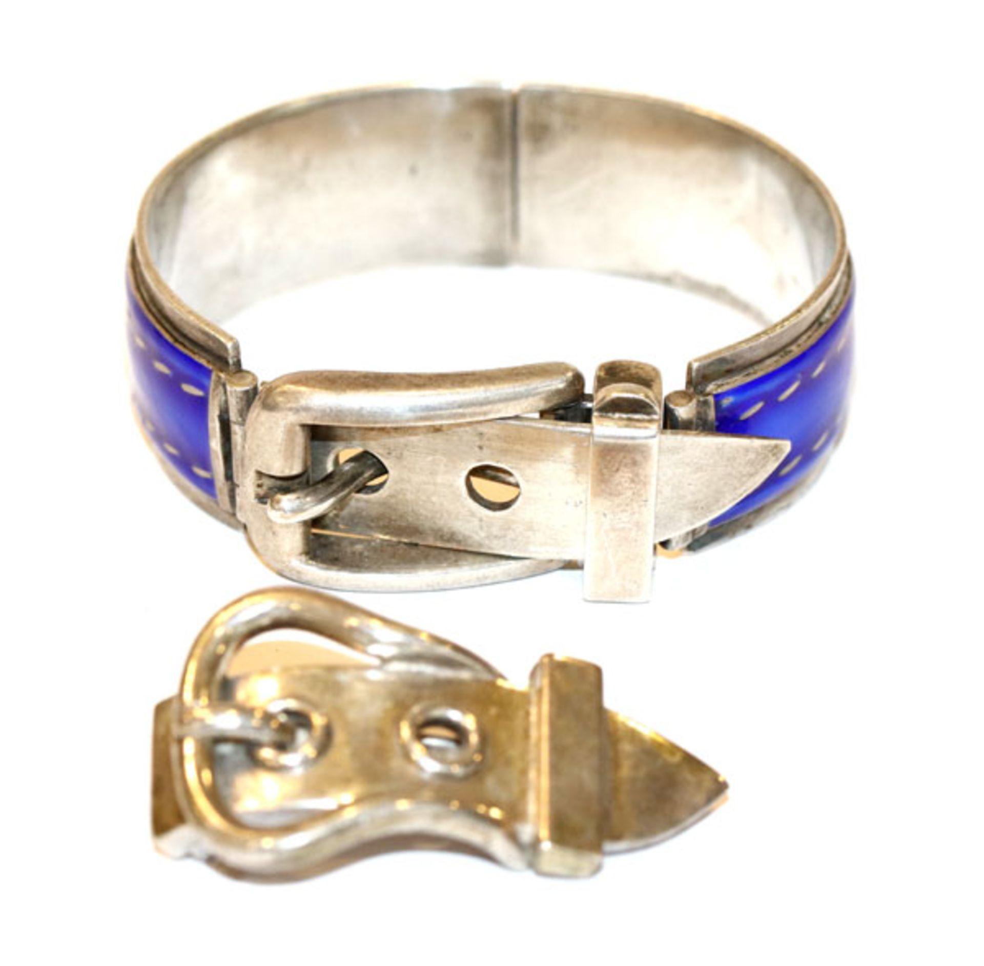 Gucci Silber Armreif mit Schließe und blauem Email, bestossen, D 5,5 cm, und Hermes Silber Brosche