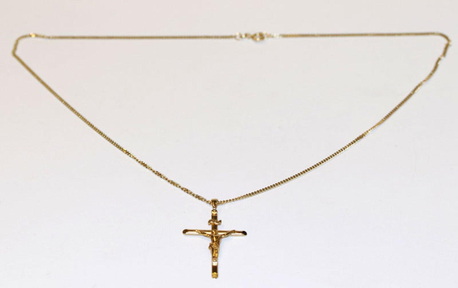 8 k Gelbgold Kreuzanhänger mit plastischem Korpus, L 4 cm, an Kette, L 48 cm, 6,3 gr.