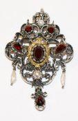 Silber Brosche/Anhängerclip mit Granaten und Perlen, teils vergoldet, H 5 cm, B 3,5 cm