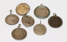 Konvolut von 7 gefaßten Silber Münzen/Medaillen, gehenkelt und broschiert