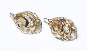 Paar Schaumgold Ohrhänger mit Reliefdekor, 19. Jahrhundert, beschädigt