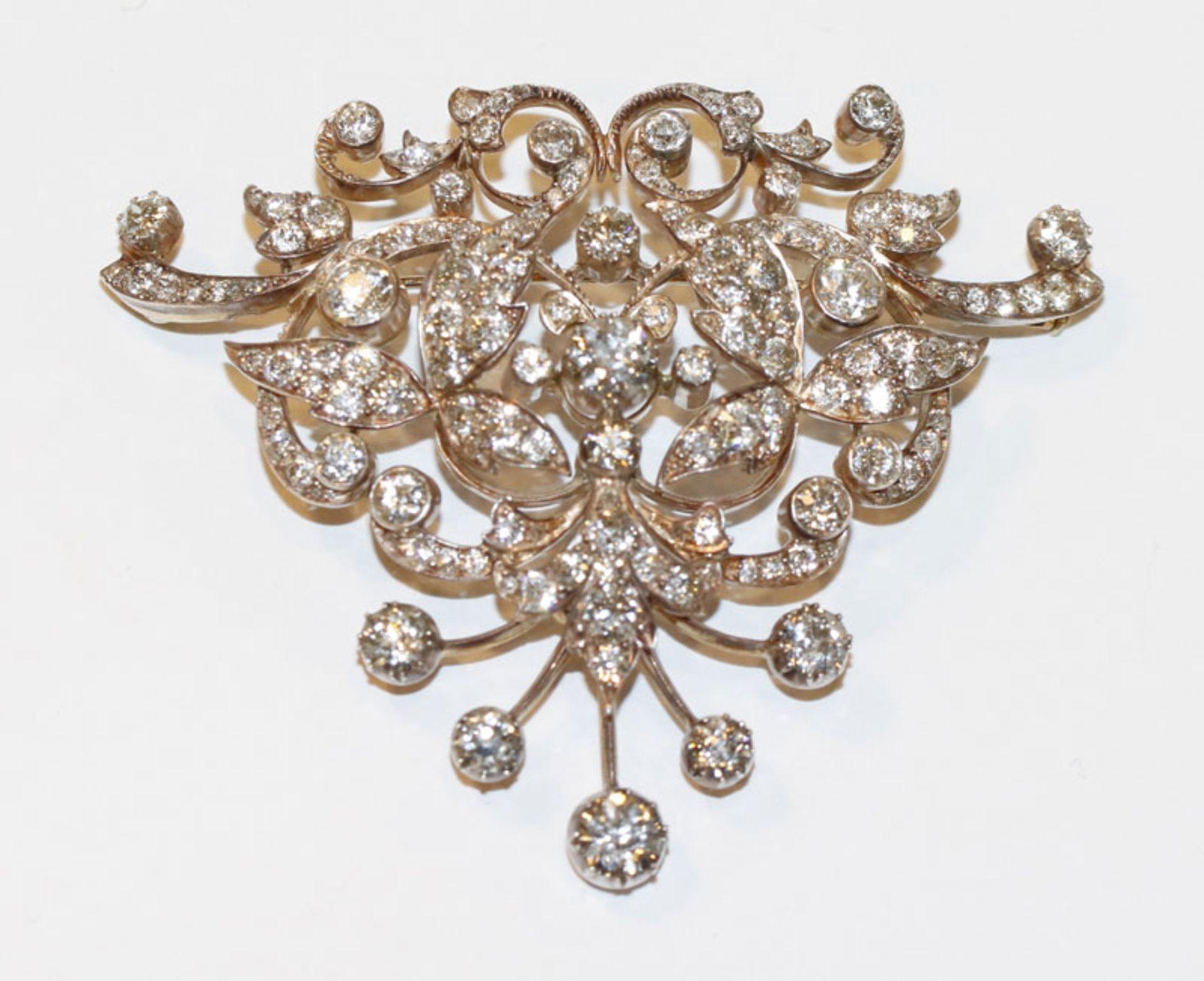 Dekorative 14 k Gelbgold und Silber (geprüft) Brosche, zus. ca. 10 ct. Diamanten, wohl Teil eines