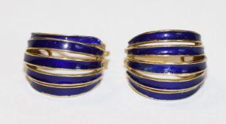 Paar 18 k Gelbgold Ohrsteckerclips mit blauem Emaildekor, 13,1 gr., ausgefallene Handarbeit