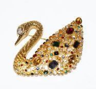 Dekorative Swarovski Brosche in Form eines Schwans, vergoldet mit farbigen Glassteinen, H 5 cm, B
