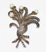 Sterlingsilber Brosche in geschwungener Form mit Markasiten und 4 Perlen, H 6 cm, Tragespuren