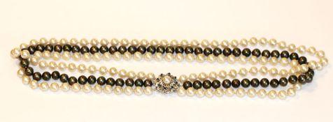 3-reihige Perlenkette, 2 weiße und 1 schwarzer Perlenstrang mit 14 k Weißgold-Schließe besetzt mit 8