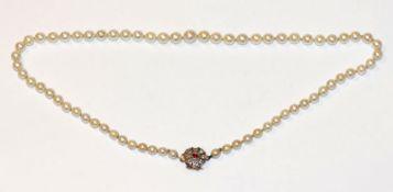 Perlenkette mit schöner 14 k Gelbgold Schließe, besetzt mit Diamanten und Rubin, L 47 cm,