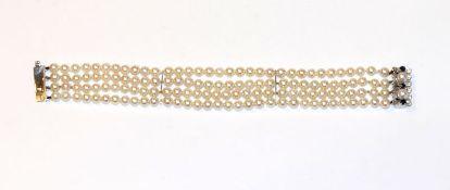 Perlenarmband, 4-reihig mit 14 k Weißgold Schließe besetzt mit 2 Perlen und 3 Safiren, sowie 2