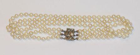Perlencollier, 3-reihig mit ausgefallener Silberschließe, L 34 cm, Tragespuren