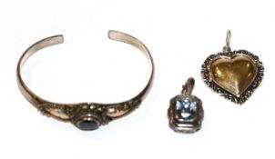 Silber Schmuck-Konvolut: Armspange mit Granat, D 6 cm, Herz-Anhänger. teils vergoldet, L 3,5 cm, und