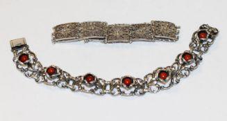 Filigranes Silber Armband, L 16 cm, und Silber Armband mit plastischem Rosendekor und