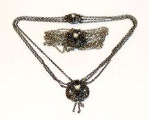 Silber Trachten-Schmuckset mit Granaten und Perlen: Collierkette, 3-reihig, L 38 cm, und Armband,