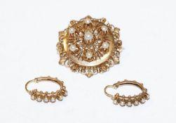 14 k Gelbgold (geprüft) Schmuckset um 1900: filigrane Brosche mit Perlen, D 3 cm, und Paar