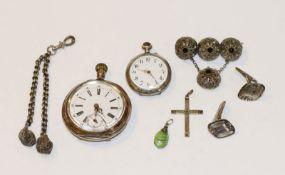 Schmuck-Konvolut, meist Silber: filigrane Trachten-Tuchnadel, B 4,5 cm, Uhrketten-Anhänger, L 10 cm,