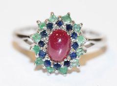 Silber Ring mit Rubin-Cabochon und Safir- und Smaragd-Kranz, Gr. 59
