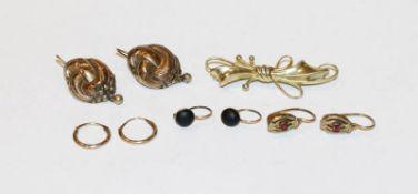 Konvolut von 4 Paar Doublé Ohrhänger, teils mit Goldbügel um 1900, und Schleifenbrosche, B 4 cm,