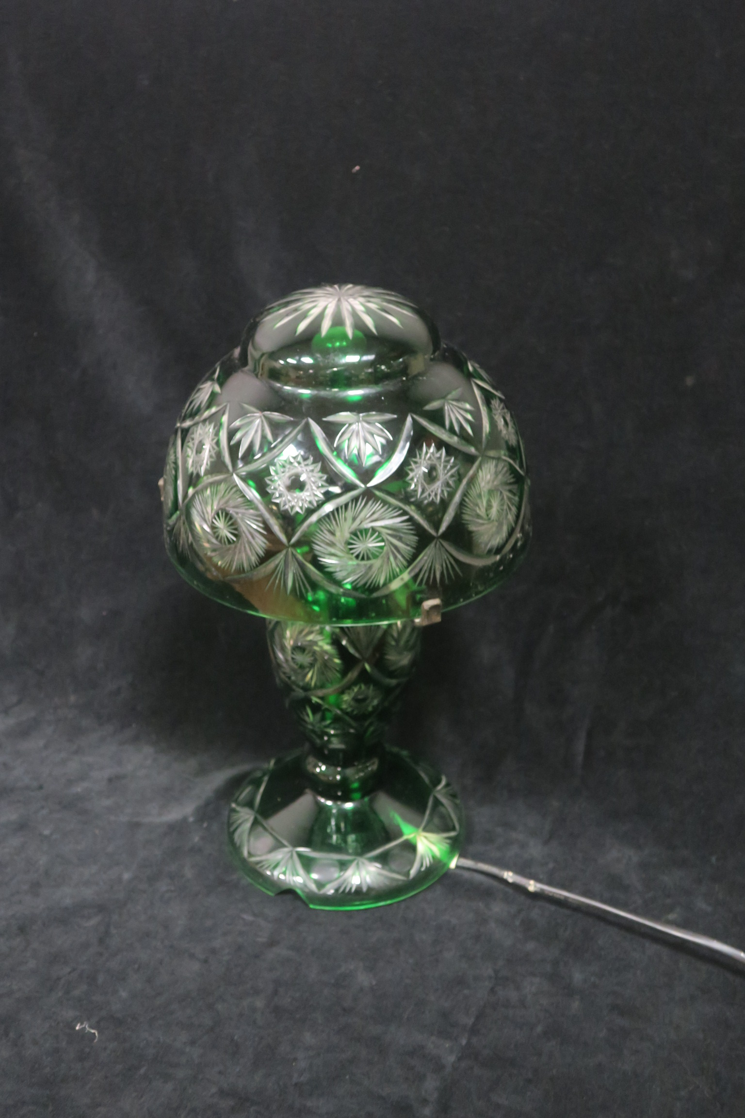 Lot 316 - A GREEN GLASS AND CLEAR GLASS AND CUT GLASS TABLE LAMP,