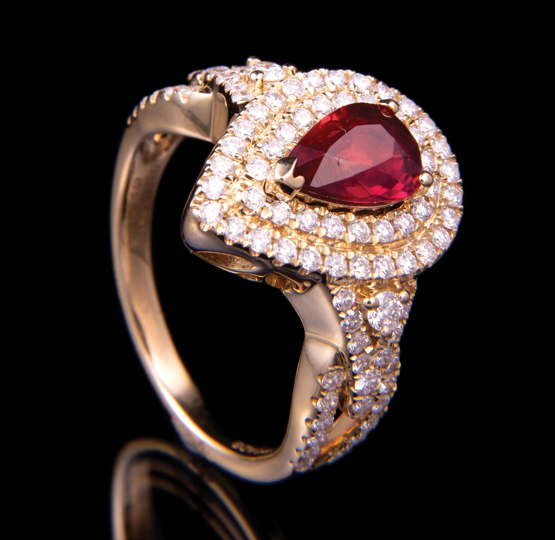Lot 613 - 18 kt. Yellow Gold, Ruby and Diamond Ring , prong set pear-shaped faceted ruby, 8.00 x 5.50 x 3.00