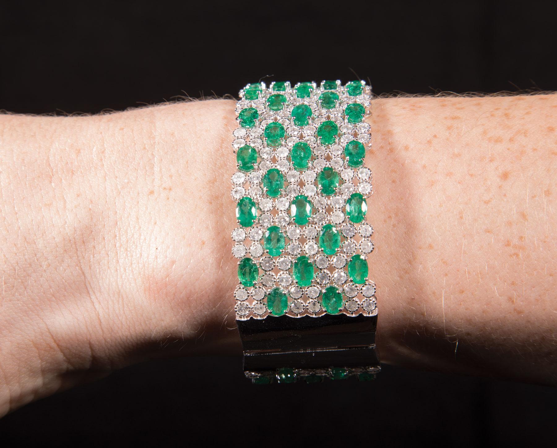 Lot 578 - 18 kt. White Gold, Diamond and Emerald Cuff/Bangle Bracelet , 264 bezel set round brilliant cut