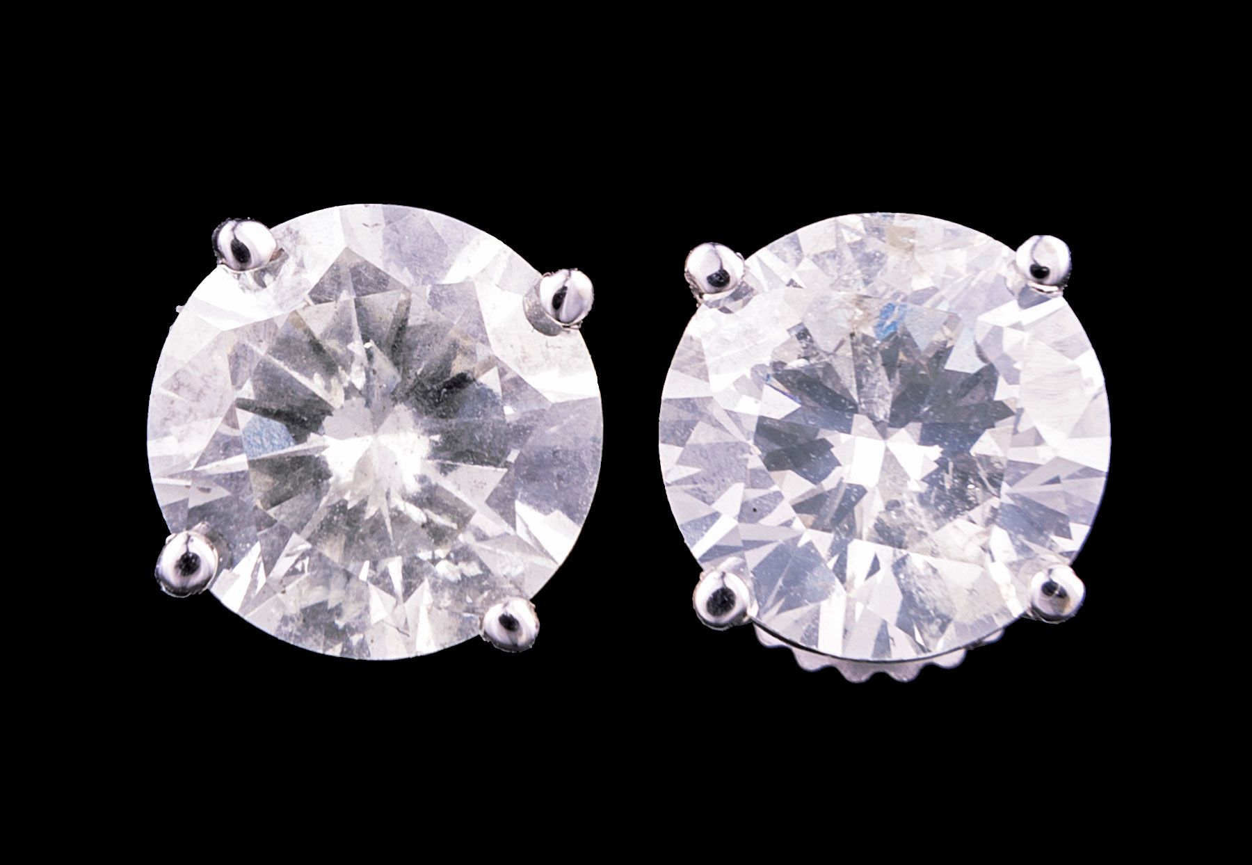 Lot 600 - Pair of 18 kt. White Gold and Diamond Stud Earrings , two prong set round brilliant cut diamonds,