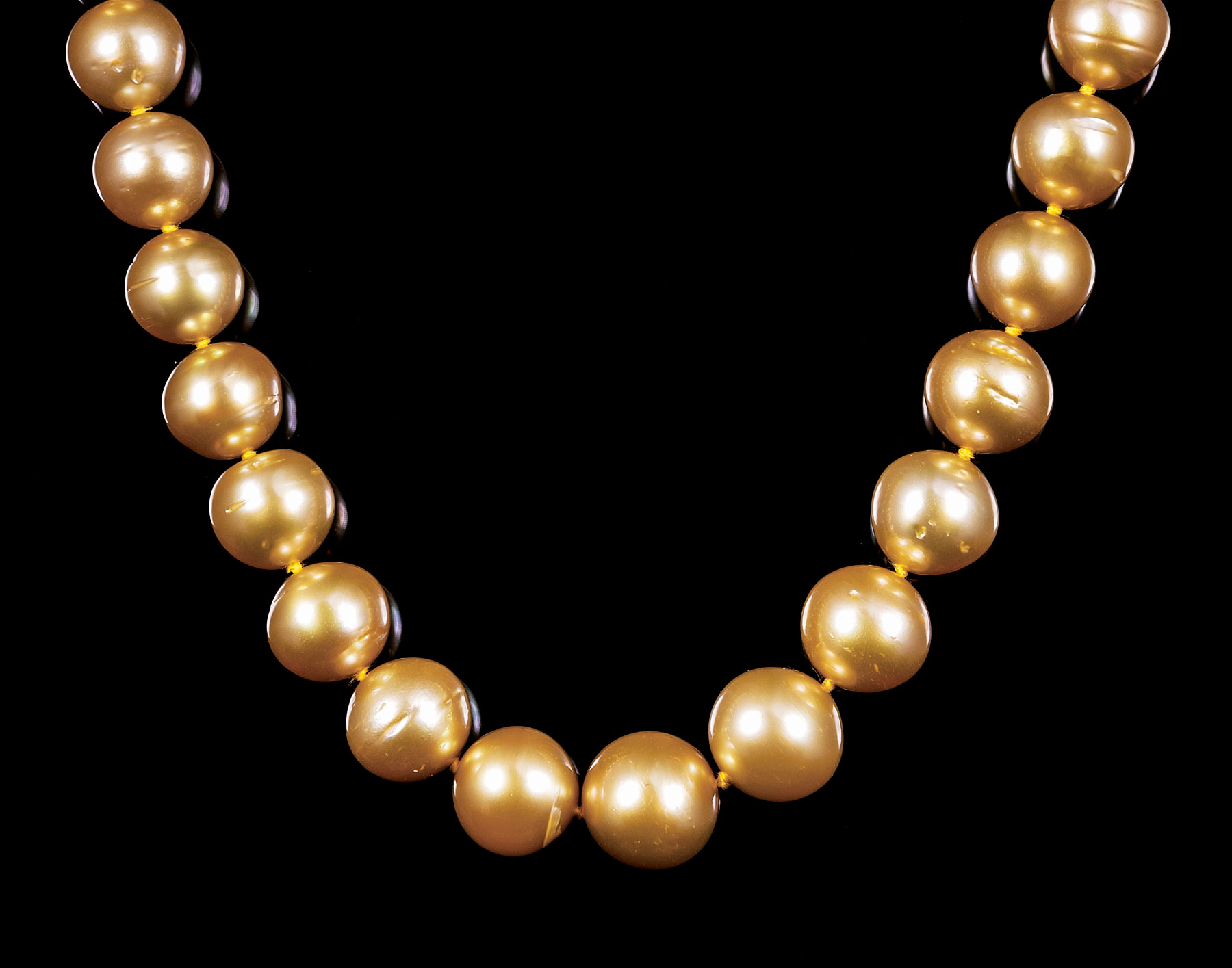 Lot 629 - 14 kt. Yellow Gold and Graduated Golden South Sea Pearl Necklace , 39 round cultured pearls, 10-13