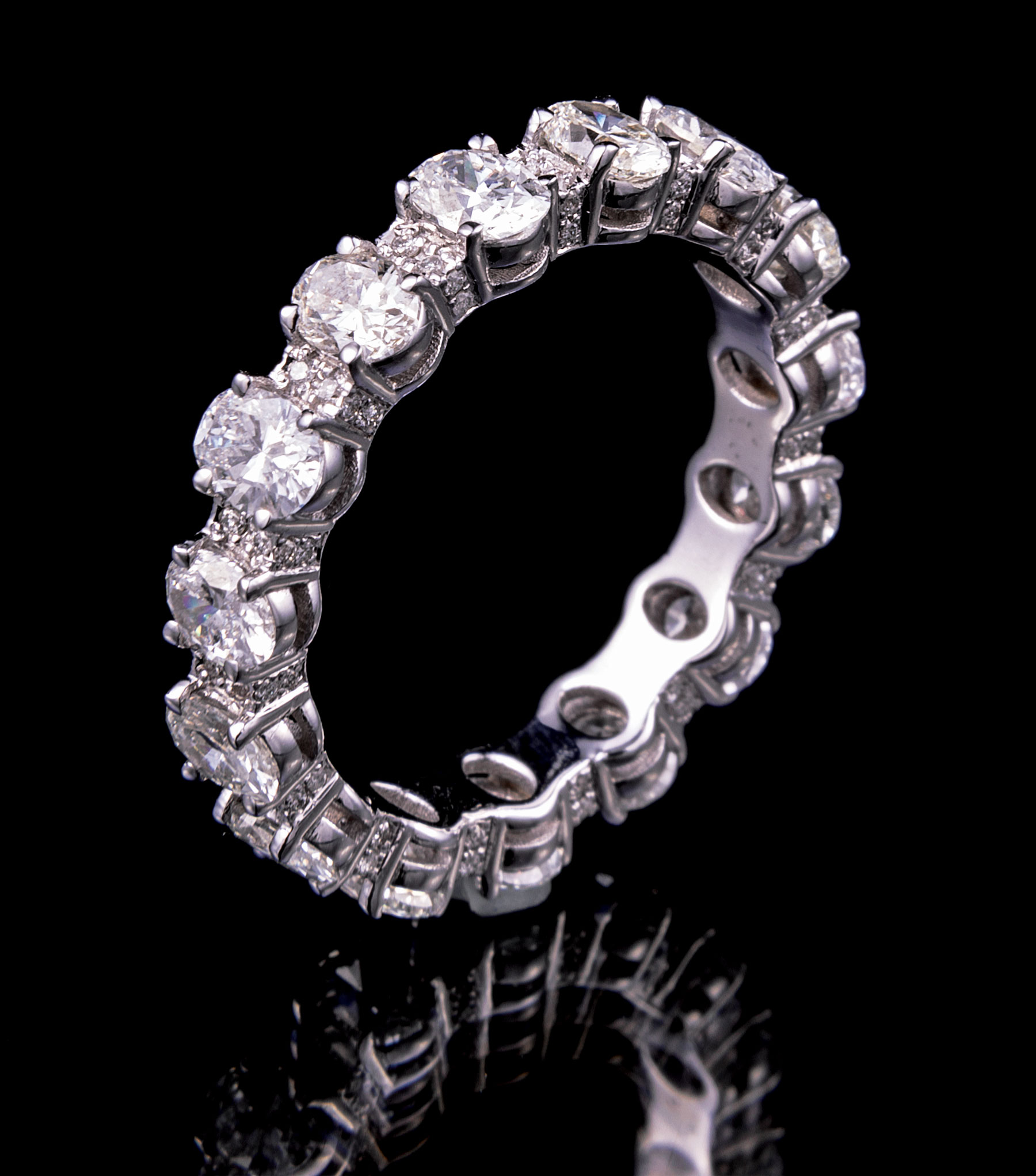 Lot 608 - 18 kt. White Gold and Diamond Eternity Band Ring , incl. 15 oval cut and 15 round brilliant cut