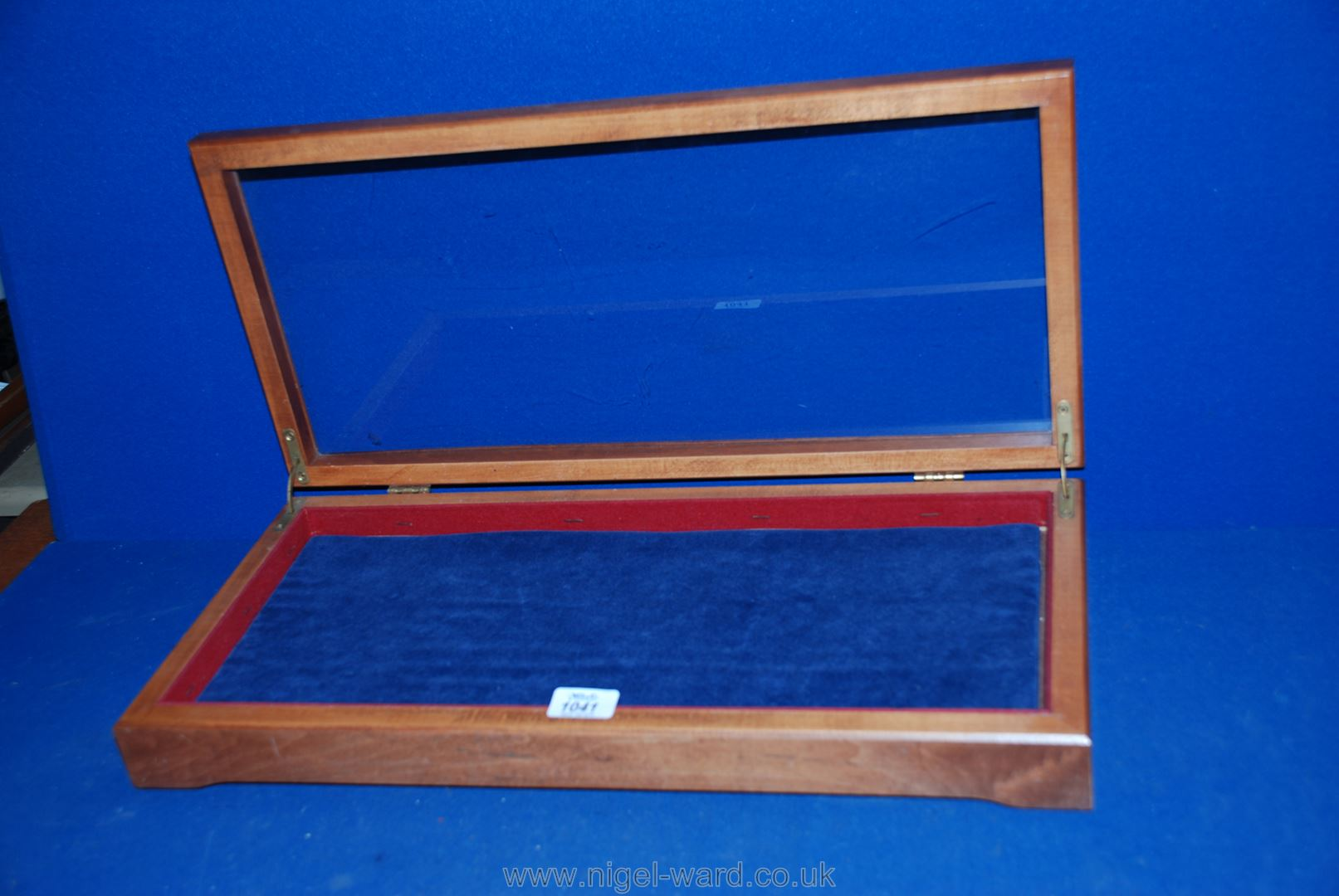 """Lot 1041 - A table top shallow display cabinet with a hinged lid; 22"""" x 10""""."""